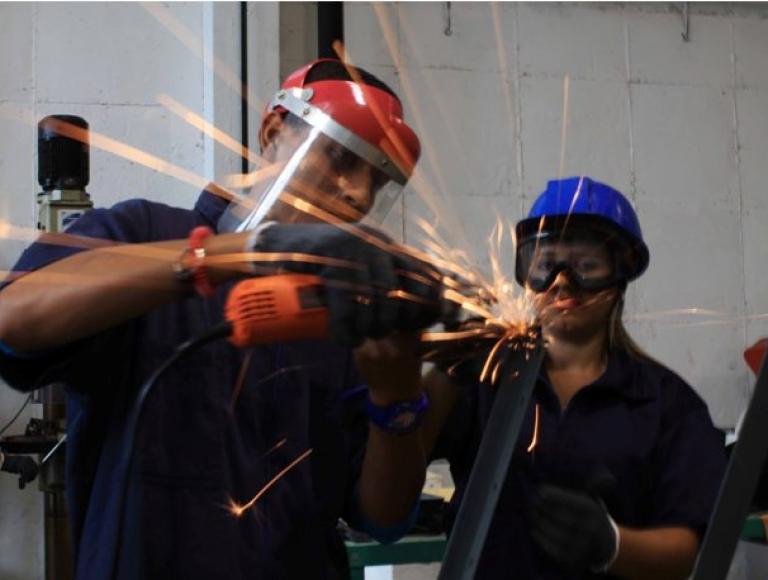 MPPE pone en marcha el Programa Piloto de Construcción y Reparaciones de Mesas-Sillas